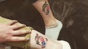 зачем жителей рф массово делают татуировки с логотипом пиццерии