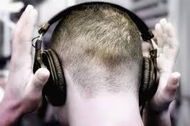 Resultado de imagem para pessoa com fone de ouvido