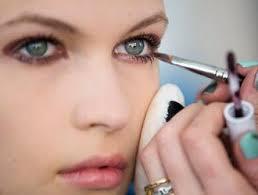Linda Cantello, la make up artist di Giorgio Armani, è la «maga» che dietro le quinte delle sfilate cancella imperfezioni e segni di stanchezza sul volto ... - TYP-469875-4848719-trucco_2