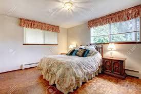 Gemütliches Schlafzimmer Mit Weißen Wänden Und Parkett Mit Bequemen