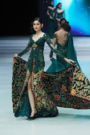 Fashion show anne avantie sangatlah meriah dan menakjubkan. Perjalanan 29 Tahun Anne Avantie