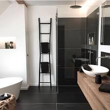 Badezimmer Mit Begehbarer Dusche Schwarz Mosaikfliesen Und Schrank