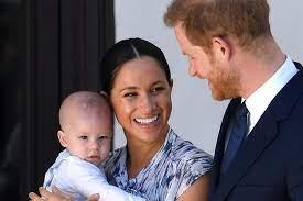 A smiling (and barefoot!) harry looks lovingly at meghan, who cradles her baby bump as she rests in his lap. Herzogin Meghan Prinz Harry So Versussten Sie Archie Die Afrika Reise Gala De