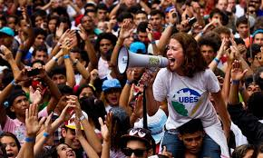 Resultado de imagem para estudantes universittários discursando nas ruas