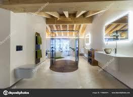 Luxus Badezimmer Mit Dusche Und Holzdecke Stockfoto Ilfede