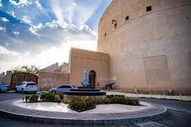 Khalid.92 - قلعة نزوى في نزوى، عُمان تنفرد بشكلها الدائري الضخم ، وقد بناها  الإمام سلطان بن سيف بن مالك اليعربي حوالي عام 1660 وترتبط القلعة بحصن ذي  ممرات متاهية معقدة ويوجد