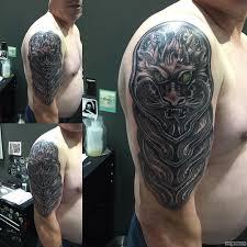 латы в восточном стиле тату на плече у парня добавлено иван