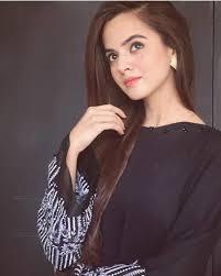 Pakistan dizilerinde duyduğumuz drama ve kavuşamayan konulu bir dizi getirmedim bu sefer eğlenceli romantik komedi ve arkadaşlık üzerine üniversite de geçen gençlerin hayat hikayelerinde odaklı komal sajid, saad'ın kız kardeşi rolünde. Komal Sajid Entertainment Zone