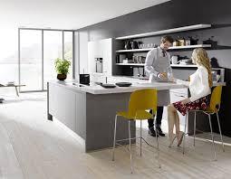 Minimalistische Design Küche in Beton Optik mit weißen Fronten und