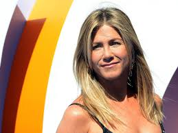 people seem to think jennifer aniston s necklace is a message to brad pitt and angelina jolie