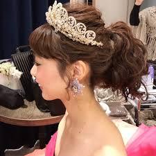 ティアラでつくるカラードレスと相性バツグンの髪型集 ドレッシーズ