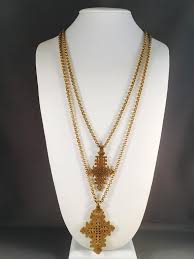 this is an incredible 1970s gold toned double strand necklace from accessocraft it has