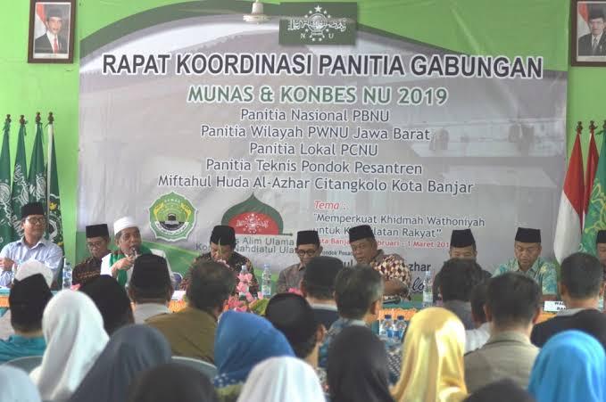 Ulama Surabaya serahkan duplikat lambang NU pertama di Munas 2019