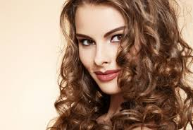Jak řezat Vlnité Vlasy Střední Délky Co Byste Měli Vědět O Vlnitých
