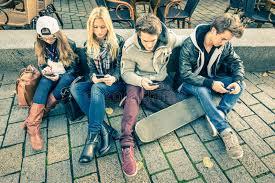 """Résultat de recherche d'images pour """"jeunes avec smartphone"""""""