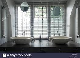 Jalousien Fenster Oben Doppelspüle Waschtisch Am Regal Im Badezimmer