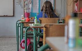 Φέτος τα σχολεία της πρωτοβάθμιας και δευτεροβάθμιας εκπαίδευσης θα κλείσουν για τις εορτές των χριστουγέννων την παρασκευή 23 δεκεμβρίου. Epishmo Pote Kleinoyn Ta Sxoleia Gia Kalokairi Oi Hmeromhnies Ana Ba8mida Typosthes