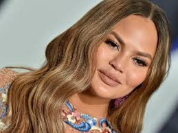 March 3, 2019 by jesa marie calaor first published: Chrissy Teigen S Perfect Lob Haircut Is Back See Video Allure