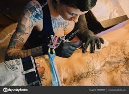 женские татуировки художника делает татуировки стоковое фото