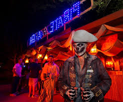 skeleton pirate looking around during howl o scream at busch gardens
