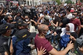 """مظاهرات مناهضة للحكومة والبرلمان في تونس.. وحركة النهضة تنتقد """"اعتداءات  إجرامية"""" على مقارها - CNN Arabic"""