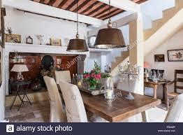 Große Metal Anhänger Lampen über Dem Esstisch Aus Holz Mit Treppe