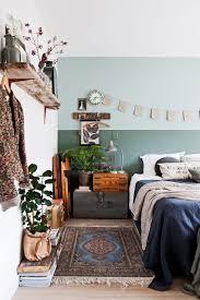 Schlafzimmer Im Boho Vintage Look Mit Geüner Wand Kelim Teppich Und