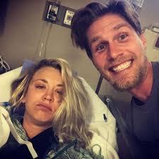 Kaley Cuoco muss nach Hochzeit ins Krankenhaus - und ihr Mann postet  lustige Fotos