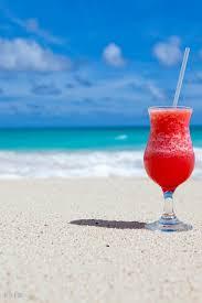 海 赤いトロピカルジュース ビーチ 夏 ハワイのフリー素材無料の写真