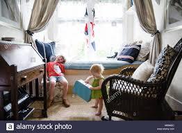 Junge Und Baby Im Nautischen Stil Schlafzimmer Stockfoto Bild