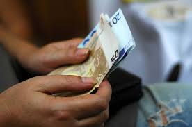 Αποτέλεσμα εικόνας για φωτο εικονες ανθρωπων με χρηματα ευρω σε τραπεζα