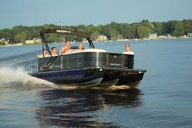 boat length overall 23 10 7 28 m beam 8 6 2 59 m pontoon diameter 25 63cm dry weight 2 525 lbs 1100 kgs capacity people 13 max