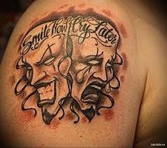 тату две театральные маски и надписи мужская татуировка на плече