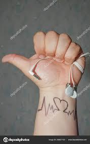 Mužské Ruky Sluchátka Tlukot Srdce Puls Malování Straně Muž Objevil