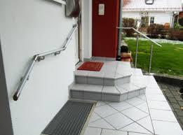 Die verlegte fliesenserie verfügt auch über stufenteile. Ratgeber Sicheres Begehen Von Stufen Und Treppen Im Hauseingangsbereich Fur Sturzvermeidung Vorsorgen Online Wohn Beratung De