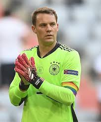 Manuel neuer is a goalkeeper and is 6'2 and weighs 176 pounds. Fussball Em Die Bunte Welt Des Manuel Neuer Wiener Zeitung Online