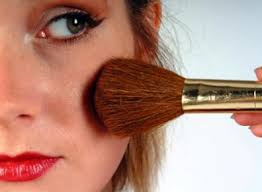 se maquiller is a reflexive verb that means to put on make up