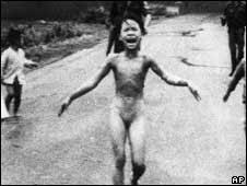 Resultado de imagem para Imagens dos ataques americanos com napalm no Vietnã