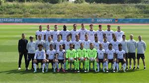 The winner of the bundesliga is crowned the german football champion. Daumen Drucken Fur Die Deutsche Fussball Nationalmannschaft Bildergalerien Spielen Kinder