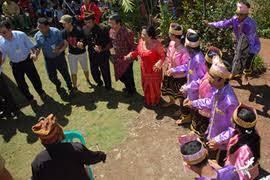Hasil gambar untuk budaya sopan santun suku tolaki