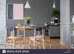 Grau Esszimmer Interieur Mit Rosa Und Blau Malerei Holz