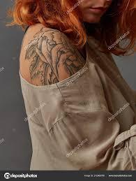 Pěkně Rusovlasá Dívka Tetování Rameno Tmavě šedém Pozadí Stock
