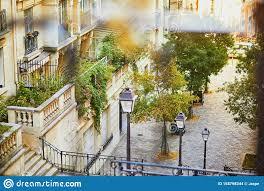Ein treppenlauf besteht aus mindestens drei aufeinanderfolgenden stufen. Schonschone Strasse Mit Treppen Und Laternen Auf Dem Beruhmten Montmartre Hugel In Paris Stockfoto Bild Von Schonschone Treppen 158798344