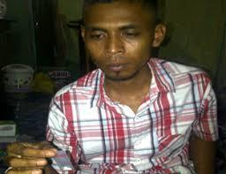 Tersangka, guru MA, bernama Abdul Raup ini memperlihatkan sabu yang hendak dijualkannya - 26GURU%2520MA