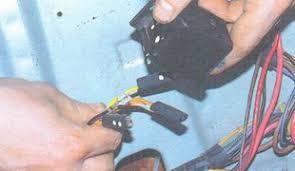 замена реле контрольной лампы заряда аккумуляторной батареи ВАЗ  2 Промаркируйте провода и выводы реле или запомните порядок подключения проводов Отсоедините провода от реле реле контрольной лампы заряда