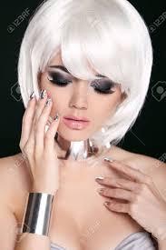 Blonde Vrouw Met Wit Kort Haar Kapsel Fringe Professionele Make Up Geïsoleerd Op Zwarte Achtergrond