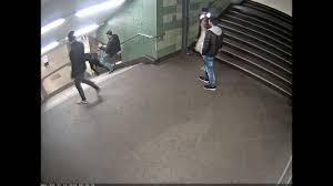 Ob hure, nutte, dirne, metze. Polizei Veroffentlicht Video Vom U Bahn Treter Berliner Morgenpost