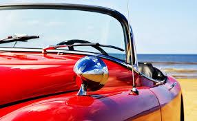Afbeeldingsresultaat voor met een rode sportauto naar het strand