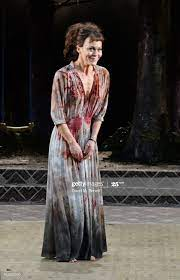 Her husband, fellow actor damian lewis, announced her death in a touching twitter tribute to. Helen Mccrory Medea Londres 2014 Mccrory Theatre National Theatre