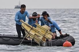 ทหารเรือ พบ ชิ้นส่วน เครื่องบินอินโด SJ182 แล้ว | The Thaiger:  ข่าวไทยและภูเก็ต
